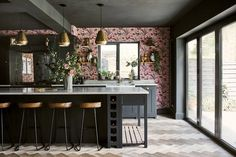 〚 Bold decor for traditional English kitchen by Neptune 〛 ◾ Photos ◾Ideas◾ Design Style Shaker, Shaker Style Kitchens, Shaker Kitchen, The Loft, Family Kitchen, New Kitchen, Kitchen Dining, Kitchen Ideas, Kitchen Island