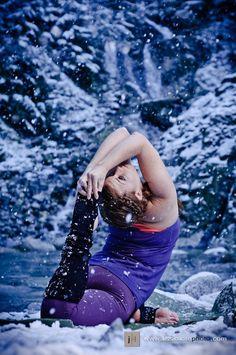 Now this is really a winter yoga adventure! Don't worry we do yoga inside by a warm fire. Sup Yoga, Bikram Yoga, Yoga Today, Yoga Photos, Outdoor Yoga, Yoga Art, Yoga For Men, Yoga Benefits, Yoga Meditation