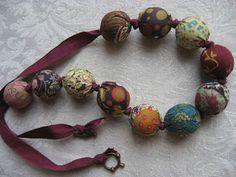 J'aime les couleurs de ce collier à perles de tissus
