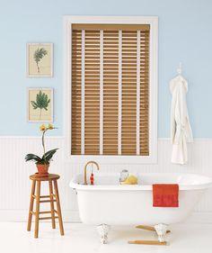 Decore com persianas de madeira falsa, resistentes à água e muito sofisticadas, para poder regular a iluminação do banheiro durante o dia.