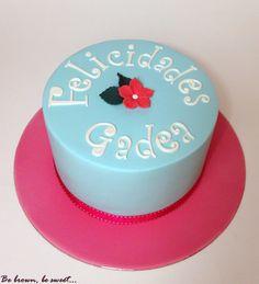 Sencilla y elegante tarta para celebrar el santo de Gadea #tarta #cake #tartasanto #namesdaycake #saintsday #tartaniña #girlscake #prettycake #tartasencilla #fondant #tartaelegante #tartaazulyrosa #pinckandbluecake #bluecake #tartaazul #pink #blue
