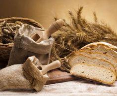 Vi sorprenderà per il suo sapore e per quel profumo fragrante e confortante! Ecco la ricetta base per preparare il pane comune. Farina, acqua, sale, olio, lievito e anche un pizzico di zucchero saranno gli ingredienti necessari. Ovviamente, non dovrà mancare l'acqua!