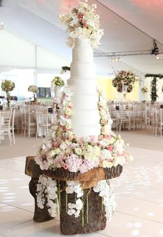 Tickle your tastebuds and take a look at these wedding cake trends for detailed by bespoke London cake company Sweet Hollywood Large Wedding Cakes, Unusual Wedding Cakes, Wedding Cake Display, Wedding Cake Fresh Flowers, Luxury Wedding Cake, Fresh Flower Cake, Black Wedding Cakes, Amazing Wedding Cakes, Floral Wedding
