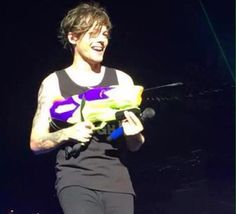 I'm going to miss seeing Louis messing with Liam on stage. What Makes You Beautiful, Most Beautiful People, Louis Tomlinson, Harry Styles, Louis Y Harry, Water Fight, One Direction Pictures, Louis Williams, My Little Baby