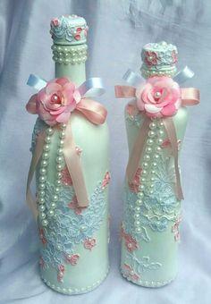 Que lindas e românticas essas garrafas decoradas com renda!