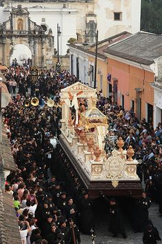 Procession de la semaine sainte à Antigua Guatemala. http://antiguadailyphoto.com/2009/04/11/holy-week-processions/#.UmpnBFP2bFw