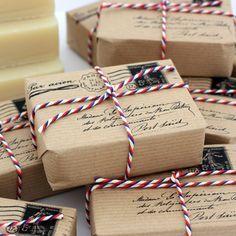 Récupère les enveloppes en papier kraft que tu reçois par la poste, découpe l'arrière de l'enveloppe, souvent vierge au format A4, imprime l'adresse de la personne à qui se destine le cadeau + un faux timbre et tampon, ajoute un brin de laine et voilà, un beau paquet cadeau récup' !