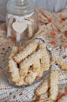 Biscuiti spritati, cu untura - CAIETUL CU RETETE Sweet Desserts, Easy Desserts, Cake Recipes, Biscuits, Cereal, Food And Drink, Ice Cream, Cookies, Breakfast