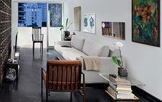 Neste projeto do arquiteto Filipe Ramos, uma simples pilha de livros virou uma bela mesinha de canto de sofá. Com uma madeira na base e um vidro grosso por cima, o charme fica completo com um vaso de flor