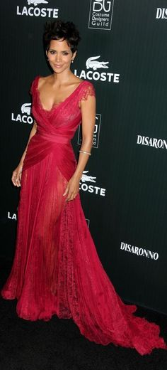 Halle Berry in a red negligee like dress Estilo Halle Berry, Halle Berry Style, Halle Berry Body, Hally Berry, Red Carpet Gowns, Celebs, Celebrities, Red Carpet Fashion, Beautiful Gowns