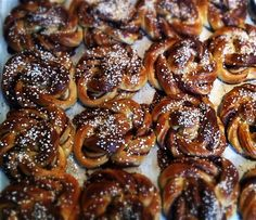 Kanelbullar / Cinnamon buns at Printz Bageri - Autumn in Stallarholmen, by: Tommy Sollén. Swedish Recipes, Sweet Recipes, Stockholm Sweden, Croissants, Pretzel Bites, Yummy Yummy, Bakery, Sweets, Drink