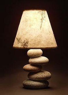 石のバランスが禅のイメージにぴったりなランプ。モダンな和室に合いそうです。