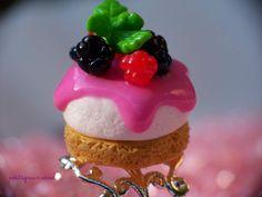 Bague réglable Cheesecake miniature fruits rouges et nappage fraise, support en métal argenté filigrane.