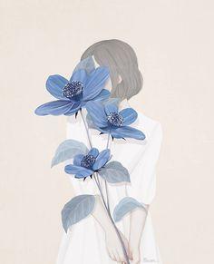 illustratie van Choi Mi Kyung. Je ziet een meisje waar van haar gezicht niet zichtbaar is net als in veel werken van Choi Mi Kyung. De heeft grote blauwe bloemen vast die haar gezicht bedekken. De achter grond en kleuren zijn erg neutraal.  connectie: De stijl lijkt erg op manga net als de kleuren die gebruikt worden. Er is geen specifieke stroming maar heeft wel kenmerken van het magische realisme.