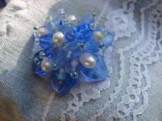 Ausgefallene transparente Brosche, sehr dreidimensional aus hochwertigen Glasperlen und Glasschliffperlen in eigener Technik gefertigt.  Royalblau ...