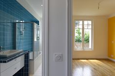 #salledebain #jaune #blue #yellow #maison individuelle #décoration credit photo : N.Fussler