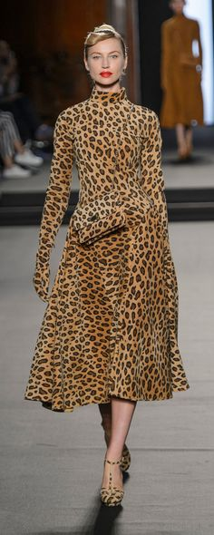 Julien Fournie Haute Couture F/W 2018 - Animal Print Outfits, Animal Print Fashion, Fashion Prints, Autumn Fashion 2018, Fall Fashion Trends, Fashion Show, Mode Des Leggings, Julien Fournié, Fall Outfits 2018