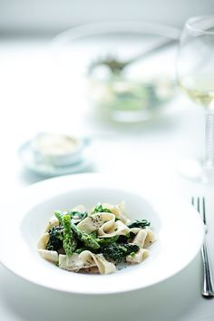 Szparagi i szpinak w makaronie na klasycznie (szparagi, szpinak, śmietana kremówka, makaron, białe wino, parmezan)