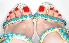 Pés de verão: combine os esmaltes do momento com sandálias para arrasar em dias quentes