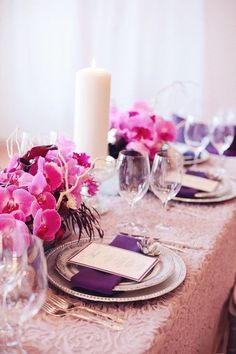 idées mariage rose violet blanc decoration florale table cereza stylemepretty