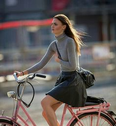Welcome to the original Cycle Chic. Streetstyle, bicycle advocacy on high heels, style over speed. Bicycle Women, Road Bike Women, Bicycle Girl, Bicycle Race, Cycle Chic, Urban Cycling, Top Mode, Female Cyclist, Cycling Girls