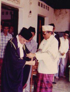 Syekh Ahmad Shohibul wafa Tajul 'Arifin ( Abah Anom ) memberikan jubah dan tongkat kepada Prof. DR. Buya Hamka saat jadi Ketua MUI.