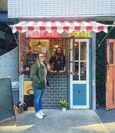 This afternoon we met Shingo Fukuda owner of @onthewaycoffeecupcake in Shimokitazawa. Thanks for the chat Fukuda-san and the cupcakes and the Caramel Cinnamon Lattes. See you again! #geriandsimonjapan2016 #tokyo #coffee by colly