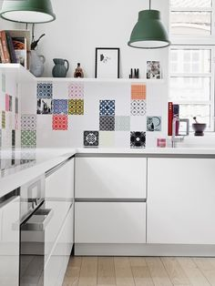 5 Astonishing Unique Ideas: Minimalist Kitchen Cabinets Cuisine minimalist home bedroom minimalism.Minimalist Kitchen Essentials Black minimalist decor with color modern. Kitchen Tiles, New Kitchen, Kitchen Interior, Kitchen Decor, Quirky Kitchen, Kitchen Island, Kitchen Cabinets, Interior Office, Kitchen Layout