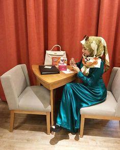 Girl Hijab, Hijab Outfit, Culture Clothing, Satin Saree, Beautiful Hijab, Niqab, Muslim Women, Satin Dresses, Traditional Design