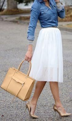 Falda blanca, blusa azul de mezclilla y zapatillas doradas