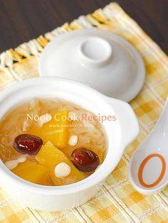 Papaya, Snow Fungus and Almonds Soup 木瓜雪耳糖水 - 2 litres water - 20 grams (1 piece) snow fungus (aka white jelly fungus, white wood ear, silver ear, 雪儿) - 500g of cut ripe and firm papaya - 1 tsp bitter almonds (aka Northern almonds/北杏) and 1 tsp sweet almonds (aka Southern almonds /南杏) – see cooking note 1 below - 5 pandan leaves, tied to a knot - 120g rock sugar (冰糖) (adjust to taste) - 10 pitted red dates (红枣)