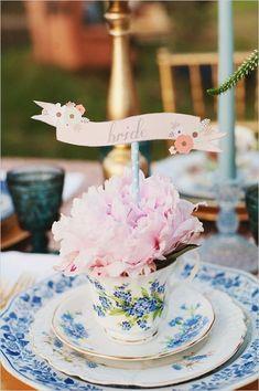 この発想なかった!ティーカップにお花を詰め込むフラワーアレンジメント♡にて紹介している画像