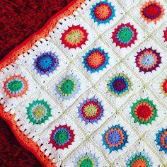 Mit Erkältung auf der Couch. Das einzig positive daran ist die Zeit die ich nun zum häkeln habe. Babydecke ist fertig. Aber ich glaub die geb ich nicht her! // Sick on the couch. At least there's time for crochet. I finished my baby blanket and I'm totally in love! #crochet #crochetaddict #crochetblanket #crochetbabyblanket #crochetersofinstagram #sunburstgrannysquare #häkeln #wolle #yarn #dropsyarn #drops #cottonmerino #catania #schachenmayr #häkeldecke #grannyblanket #selbstgemacht by…