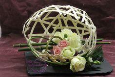 """Atelier floral : """"bulle en rotin"""" boule en rotin sur un support . puis disposition des fleurs."""