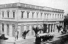 1874 ~ Δημαρχείο. Αρχιτέκτων Παναγιώτης Κάλκος. Στην αρχή διώροφο. Το 1935-1937 προστέθηκε ο τρίτος όροφος.