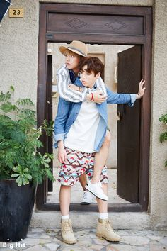# V Where shall we go and take a photo next time? (Rides on JUNG KOOK's back naturally)