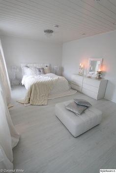 joulu,inspiroiva joulukoti,makuuhuone,makuuhuoneen sisustus,hopea,valkoinen,valkoinen sisustus,kynttilät,kodin1,rahi,nahkarahi,valkoinen rahi,stockmann,ikea,kartell,amandab
