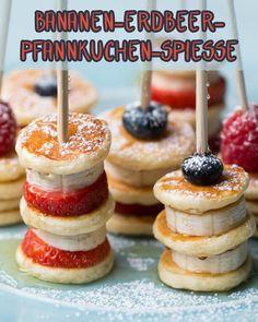 These banana and strawberry pancake skewers are perfect for fr .- Diese Bananen-Erdbeer-Pfannkuchen-Spieße sind perfekt zum Frühstück, Dessert,… These banana and strawberry pancake skewers are perfect for breakfast, dessert, afternoon snack and always - Tasty, Yummy Food, Delicious Recipes, Yummy Snacks, Banana Pancakes, Mini Pancakes, Pancakes Kids, Fruit Pancakes, Pancakes For One