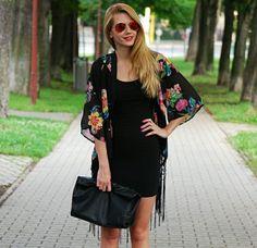 combinez la petite robe noire avec une veste kimono à motifs floraux