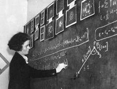 #21 Kathleen Londsdale (1903 - 1971), fue una cristalógrafa británica de origen irlandés que estableció la estructura del benceno por métodos de difracción de rayos X en 1929, y el hexaclorobenceno por métodos espectrales de Fourier en 1931. Fue la primera mujer elegida miembro de la Royal Society, profesor titular de la Universidad College de Londres, presidenta de la Unión Internacional de Cristalografía, y presidente de la Asociación Británica para el Avance de la Ciencia.