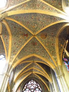 Catedral de San Pablo (Lieja).  Fue construida entre los años 965 (969, según algunos autores) y 971. Los ábsides son de estilo gótico flamígero, mientras que los claristorios, las capillas laterales y el campanario son de estilo gótico tardío. A lo largo del siglo XVI se finalizaron los elementos de decoración interior, incluyendo vidrieras, pinturas morales y dibujos en las bóvedas.