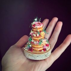 Rachel Dyke of Charm City Cakes makes miniature versions of gorgeous cakes out of polymer clay for customers to keep as souvenirs. Polymer Clay Cake, Polymer Clay Miniatures, Dollhouse Miniatures, Cabin Dollhouse, Tiny Food, Fake Food, Charm City Cakes, Mini Wedding Cakes, All The Small Things