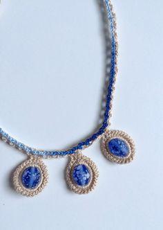 Colar feito em crochet com fio 100% algodão nº 12. 3 missangas azuis rodeadas em crochet, ligadas a um fio em cordão triplo. O resultado é brilhante. Mede cerca de 42 cm de perímetro. Todas as minhas criações são peças únicas.