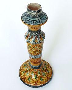 """Candelabro """"Linea Synkeran"""" In maiolica dipinto a mano.  Decoro a fasce su smalto craquelè. I segni tracciati sul vaso, nascono da una reinterpretazione del decoro siciliano, notoriamente influenzato da caratteri moreschi, arabi e barocchi."""