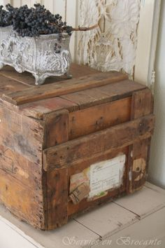 Old Trunks, Trunks And Chests, Vintage Decor, Rustic Decor, Pallet Crates, Vintage Suitcases, Vintage Soul, Industrial House, Wood Boxes