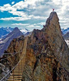 CANADÁ - Alpinistas comemorando no topo do Monte Nimbus em British Columbia, Canadá. Foto: Canuck Abroad.