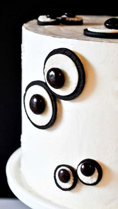 How to make a Monster Eye Cake. Make this easy Halloween monster cake at home using cookies and candies. Monster Party, Monster Treats, Monster Eyes, Halloween Cakes, Easy Halloween, Halloween Treats, Halloween Season, Halloween Projects, Halloween Party