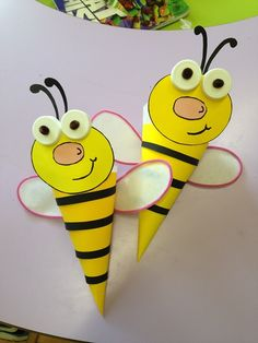 Adorable Bugs Kids Craft To Fill The Leisure Time diy projects When the condition isn't good enough to get the kids outside to admire the world of insects, make a creative bug craft is the best thing. An insect cr. Bee Crafts For Kids, Bug Crafts, Summer Crafts, Preschool Crafts, Art For Kids, Diy And Crafts, Arts And Crafts, Paper Crafts, Bee Activities