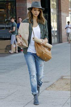 Jessica Alba apostó por salir a comprar con un vaquero de Blank NYC, una camisa army abierta de Current/Elliott y unos botines grises. Para completar su look, la actriz escogió un bolso color camel con tachuelas de Valentino y un sombrero en gris marengo.