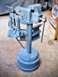 Anvil and Vise Stand - Homemade anvil and vise stand constructed from a surplus truck brake drum, pipe, and railroad track. Welding Cart, Diy Welding, Welding Table, Metal Welding, Metal Working Tools, Metal Tools, Old Tools, Diy Garage Storage, Tool Storage